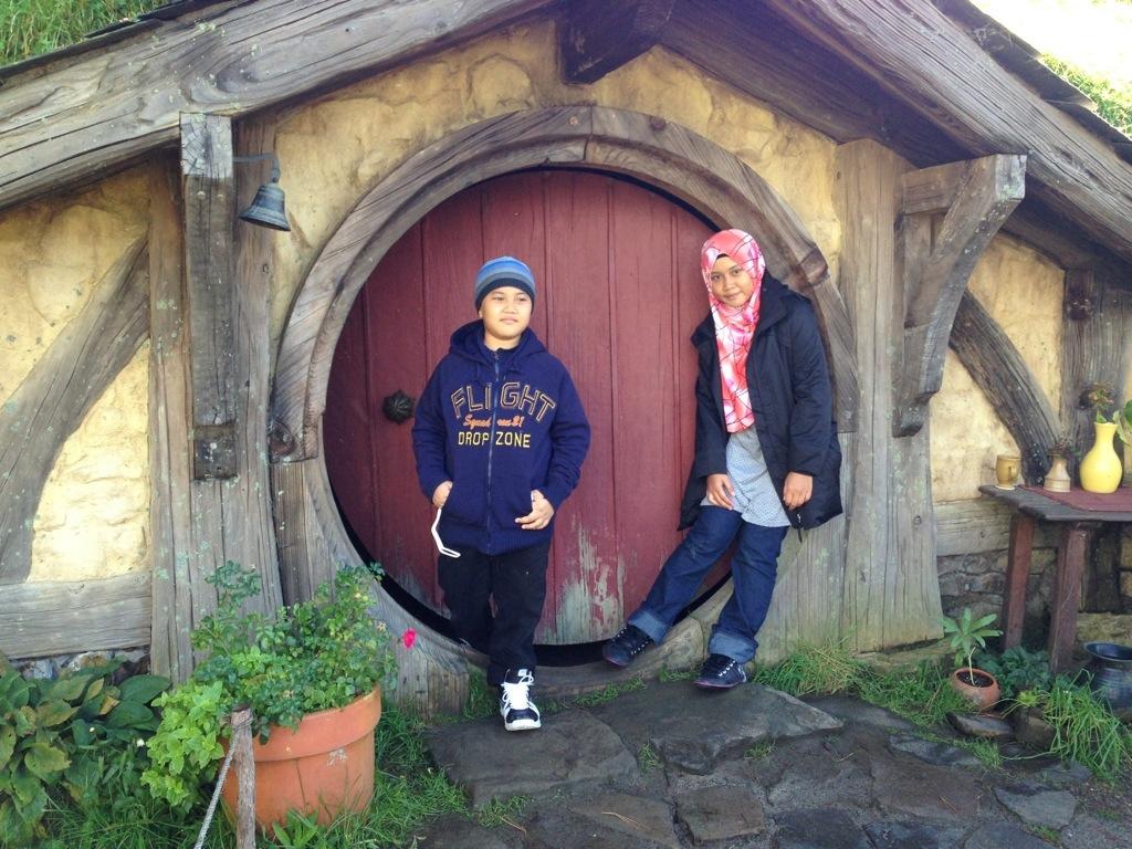 gambar rumah hobbit untu kunjugan pelawat