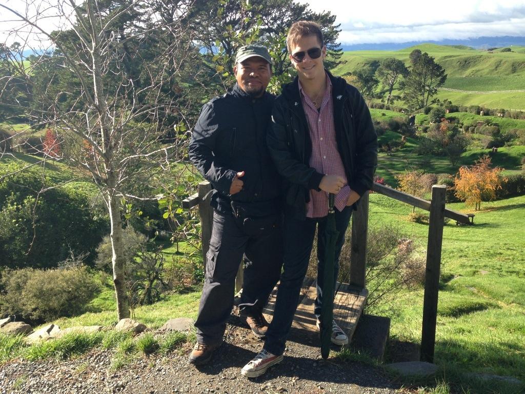 Bersama pemandu pelancong hobbiton yang membawa kami meninjau sekitar the shire