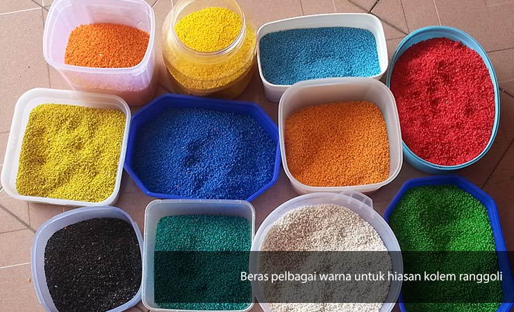 Beras atau bahan-bahan yang selamat dimakan digunakan untuk membuat hiasan Kolam ranggoli