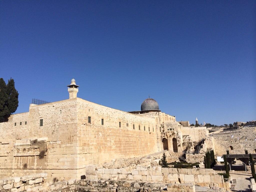 Masjid al aqsa dari luar tembok baitulmuqadis