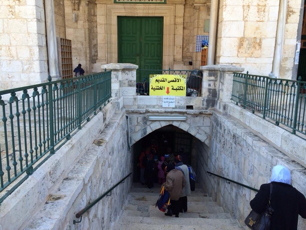 Pintu masuk Masjid Nabi Sulaiman