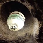 Gua di bawah batu kubah emas