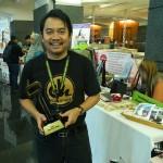 Abang Ensem bersama trofi Blogrrr Awards Denaihati