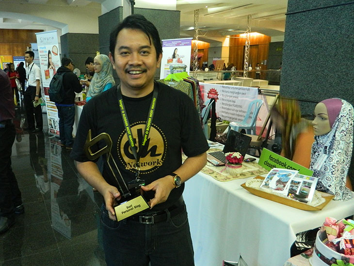 Abang Ensem bersama trofi Best Personal Blog Blogrrr Awards 2013