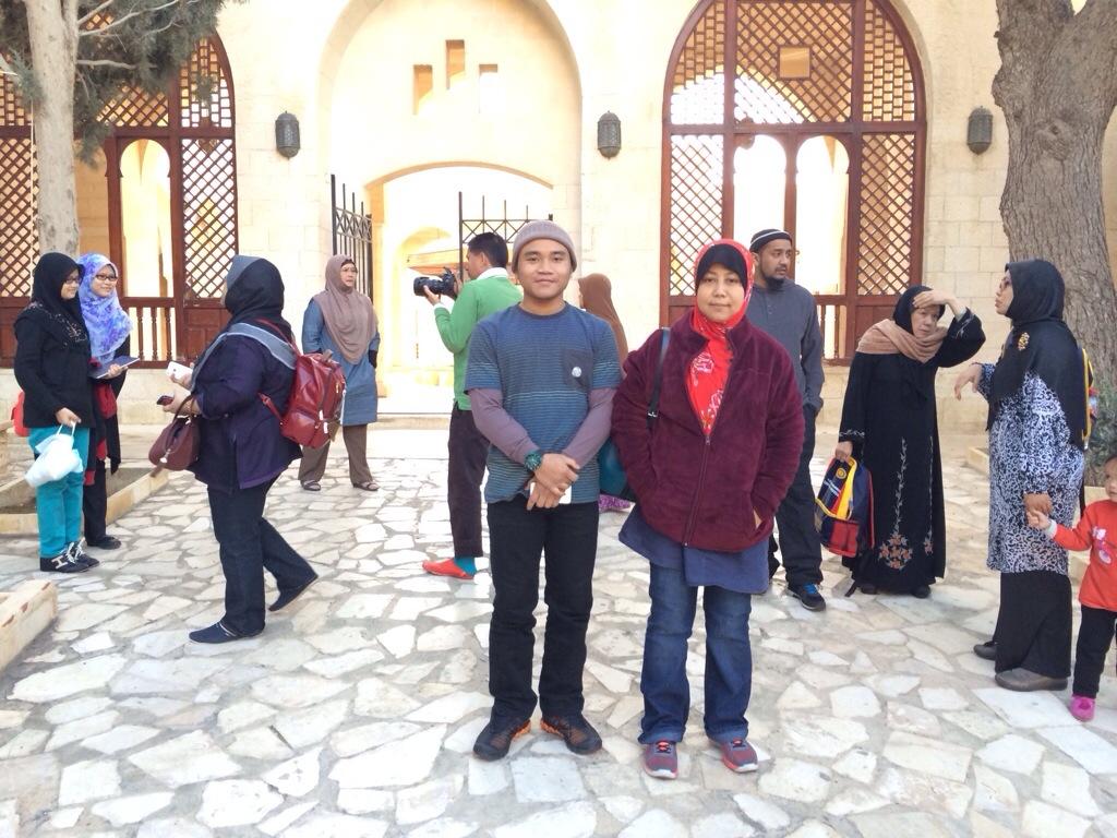 Di pintu depan Masjid Nabi Shuaib a.s