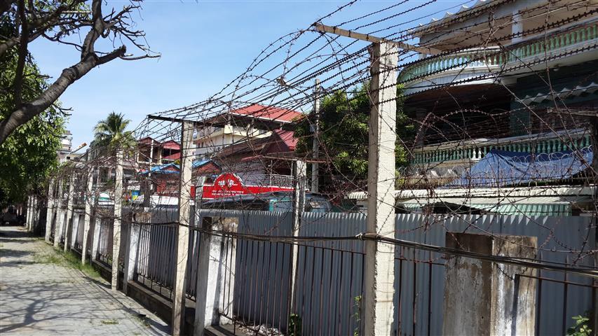 Kawat duri yang mengelilingi bangunan