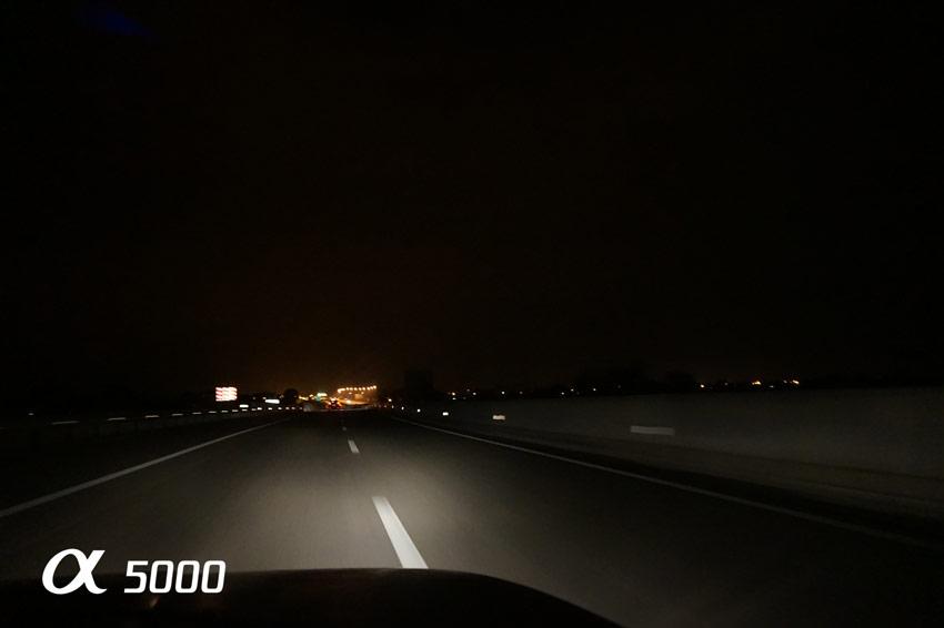 Gambar night mode kereta bergerak