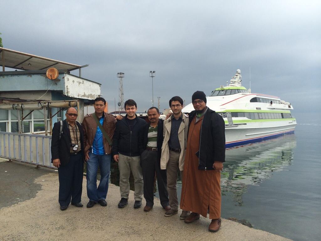 Bersama pelajar MTS Bursa di Pelabuhan Feri Bursa