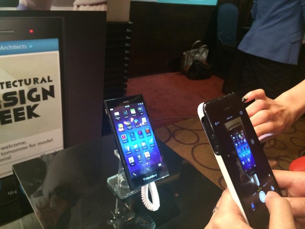 gambar Blackberry Z3 dijual pada harga RM699