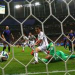 gambar gol David Villa yang dibatalkan