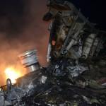 bangkai MH17 hangus terbakar