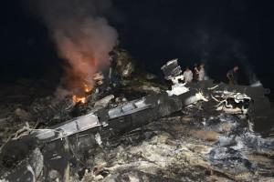 bangkai MH17 terbakar