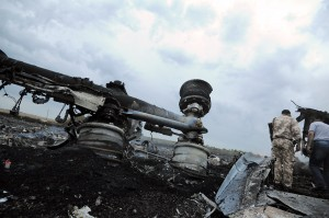 bangkai pesawat MH17 hangus terbakar