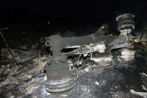 bangkai roda pesawat MH17 hangus terbakar
