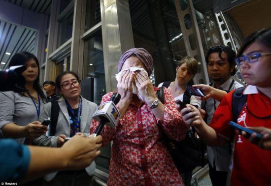 gambar keluarga mangsa MH17