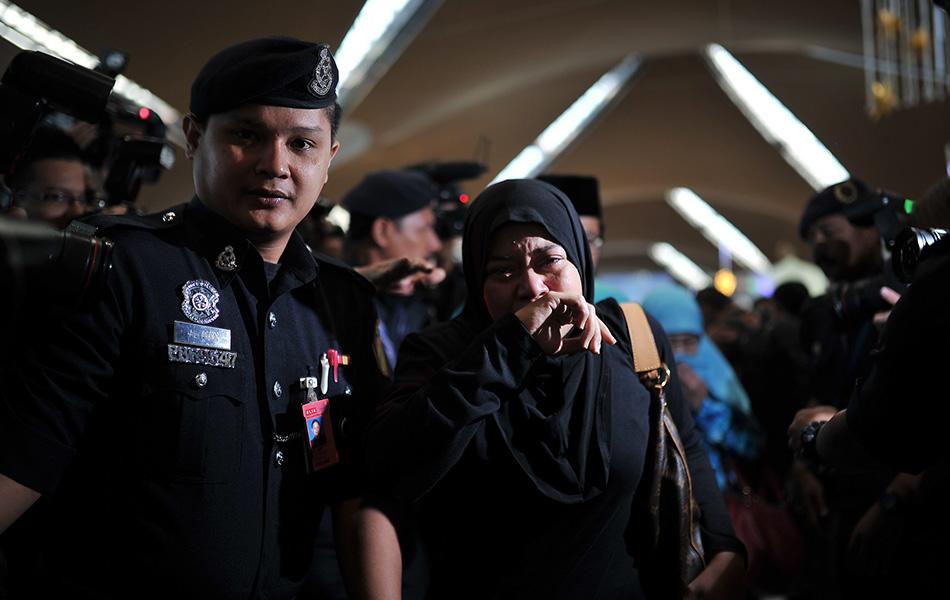 gambar kesedihan keluarga mangsa MH17