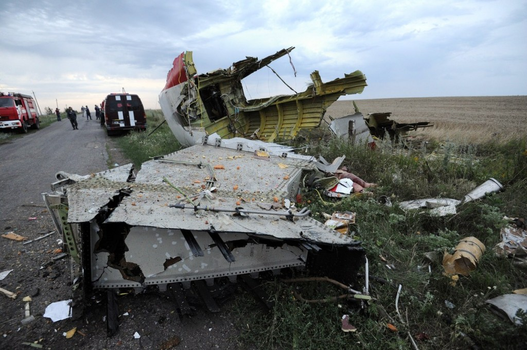 serpihan MH17 yang bertebaran berkilometer