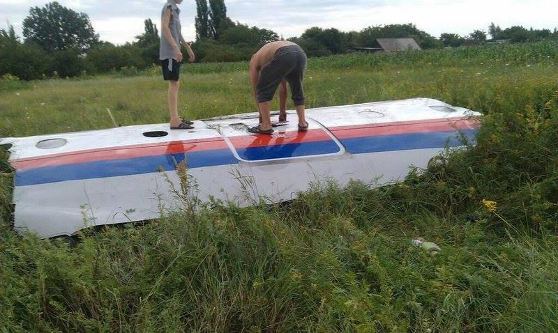 serpihan MH17 yang terhempas