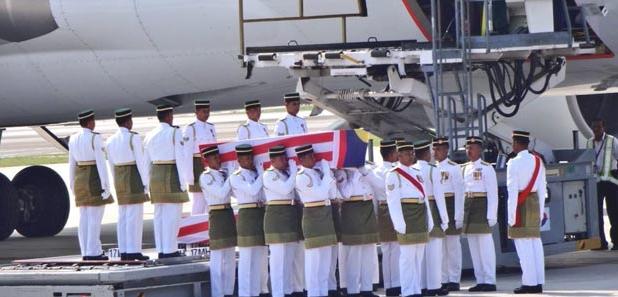 jenazah MH17 dibawa keluar dari MH6129