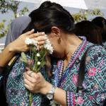 staff MAS bersedih menyambut jenazah MH17