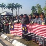 staff MAS sedang menunggu ketibaan jenazah MH17