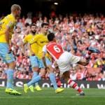 gambar tandukan Koscielny membolos gol Crystal Palace