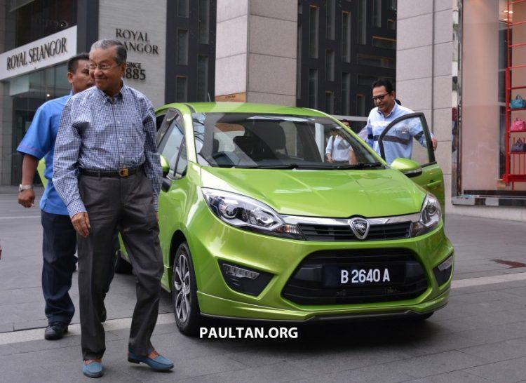 Dr Mahathir pandu Proton Iriz di Pavillion