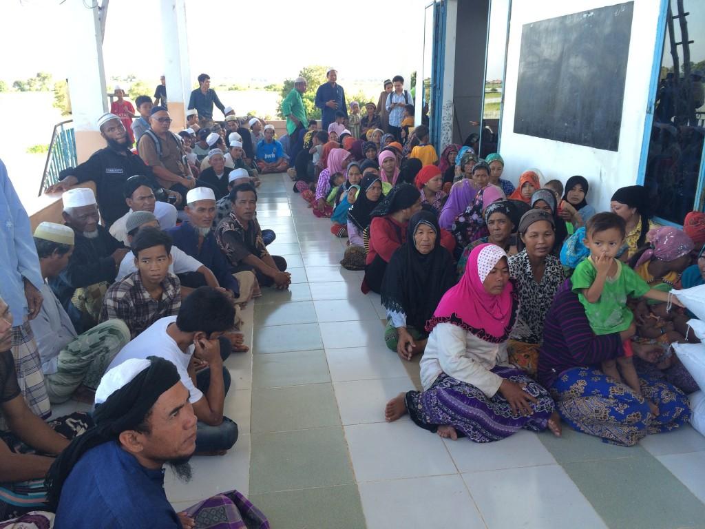 ibu bapa menunggu giliran mendapat bantuan beras di kampung chananng