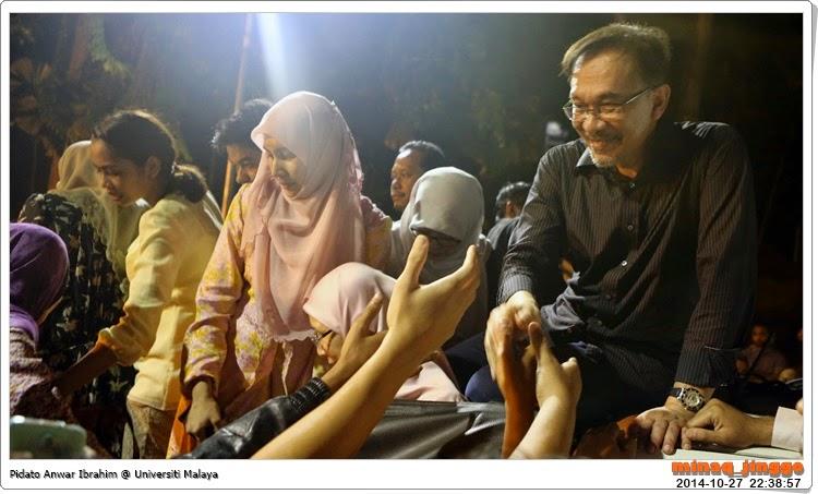 gambar anwar ibrahim dan keluarga masuk UM
