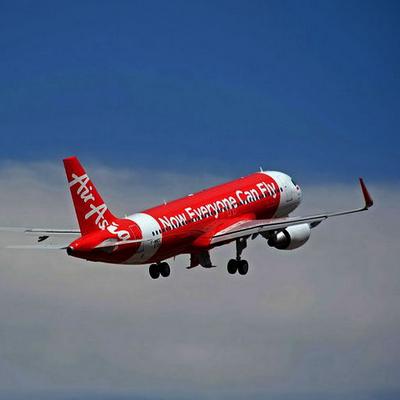 gambar airasia terbang