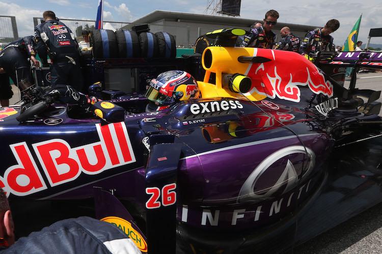 gambar kereta formula 1 team redbull infiniti exness