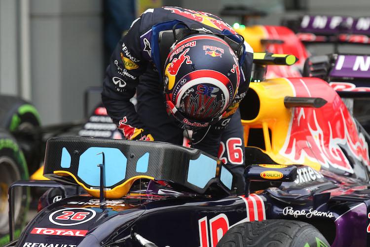 pemandu sedang menaiki kereta formula 1