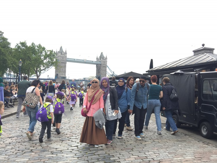 bergambar di London Tower Bridge