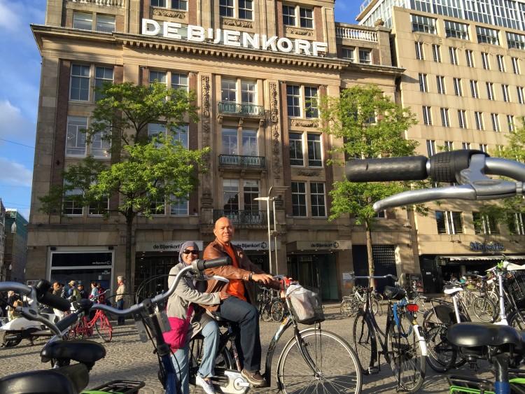 berbasikal di Dam Square Amsterdam