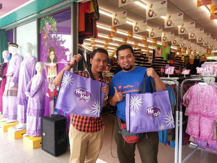 rakan blogger yang memilih pusat pakaian hari hari