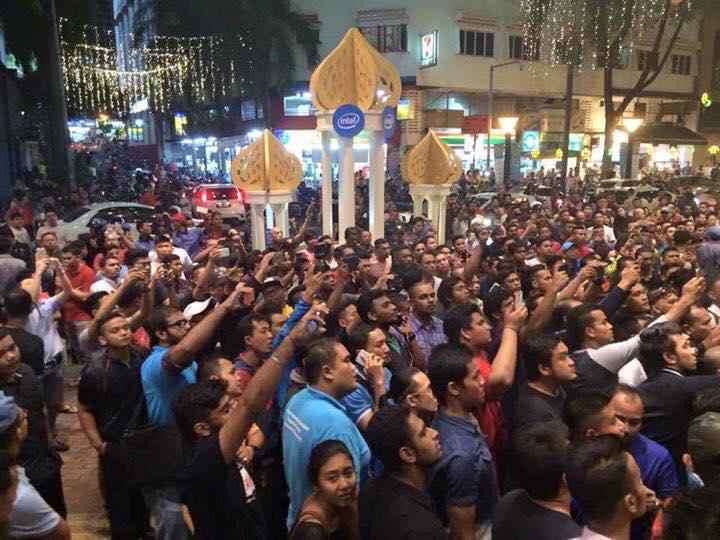 Penyokong pemuda yang dituduh mencuri serbu Low Yat Plaza
