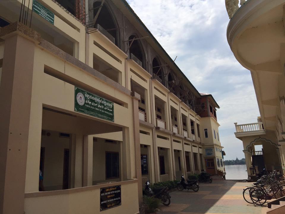 Sekolah Tinggi Norol Iman sumbangan penderma dari seluruh dunia.