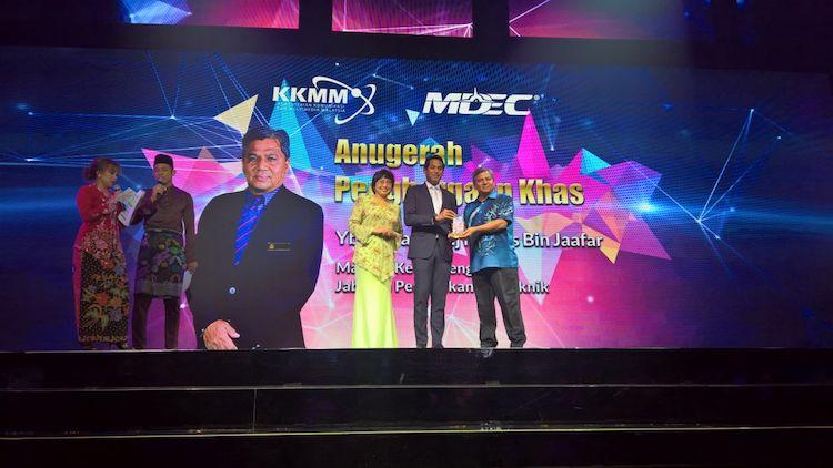 Penyampaian anugerah oleh YB Khairy Jamaluddin