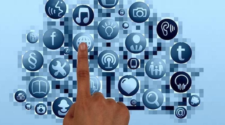 Media sosial serampang banyak mata